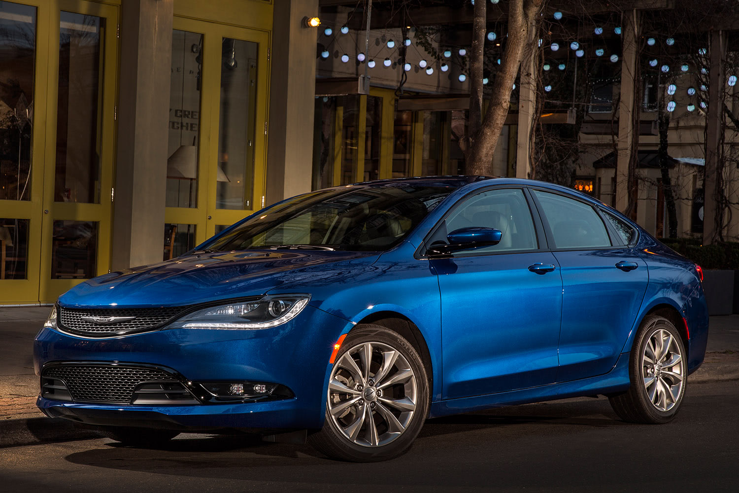 2016-Chrysler-200-Front-Quarter-1500x1000