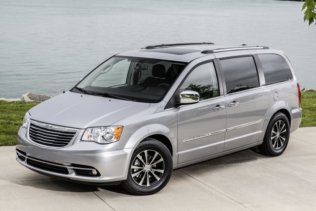 2015-Chrysler-Town-and-Country-Front-Quarter-1500x1000
